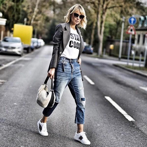 Кроссовки, джинсы, футболка, пиджак и образ в стиле спорт-шик готов.