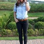 Голубая джинсовая рубашка и черные брюки с леопардовыми балетками или белыми кроссовками