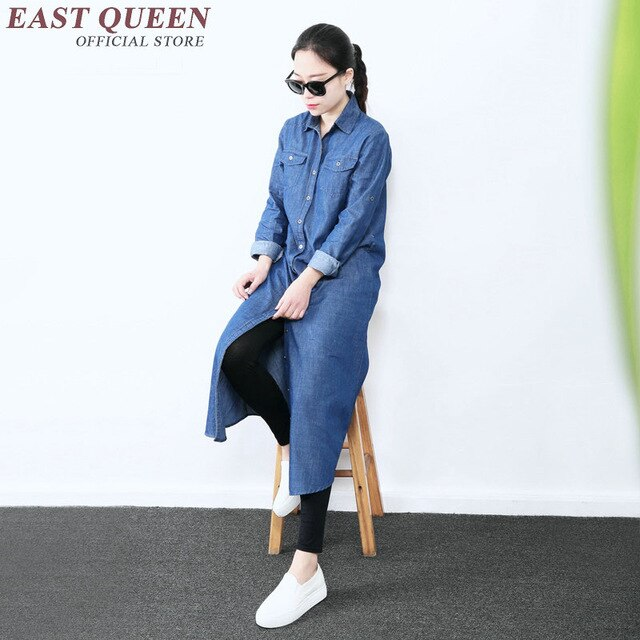 Хороший вариант сочетать джинсовое платье с леггинсами, спортивной обувью и очками