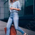 Джинсы по фигуре, рубашка из денима и кроссовки 1