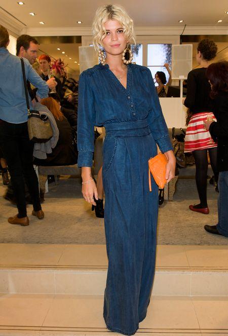 Оранжевая сумка очень ярко и интересно смотрится на фоне джинсового платья