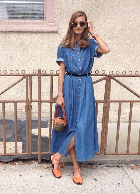 Джинсовое платье-рубашку дополнили интересной сумкой, обувью в тон, браслетом и очками