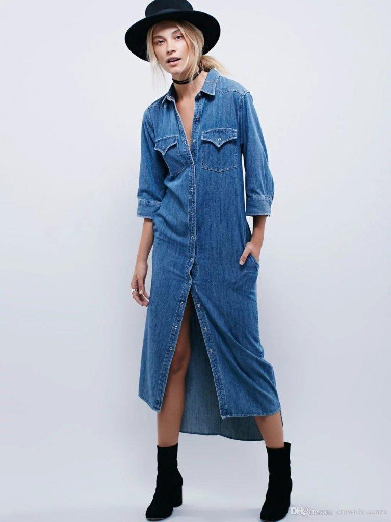 Длинное джинсовое платье-рубашку отлично дополняет чокер, шляпа и ботинки