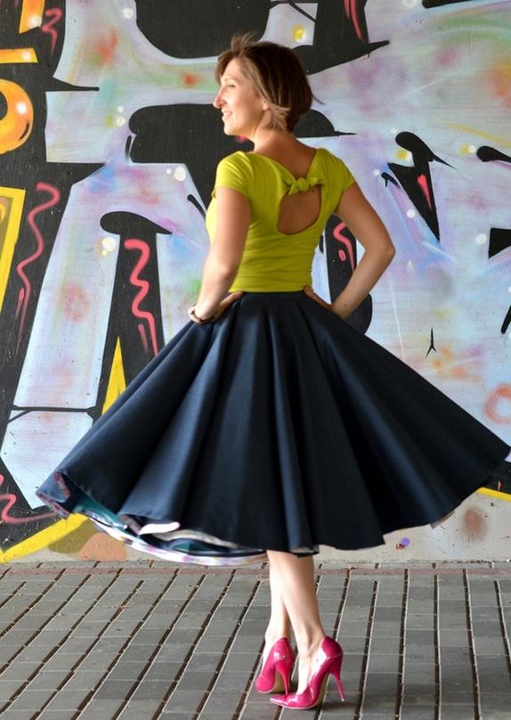 Крупные складки на юбке солнце – отличный способ скрыть излишнюю округлость бедер пышнотелых леди