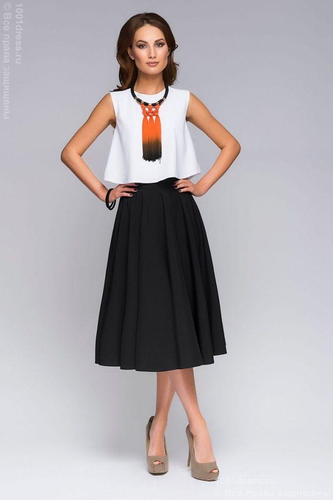 К модели юбки солнце с поясом лучше других подойдет верх с напуском и небольшим объемом