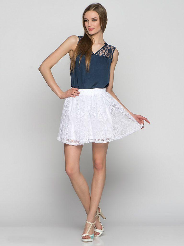 Кружевная юбка солнце и однотонная легкая блузка – прекрасное сочетание в летней модной капсуле