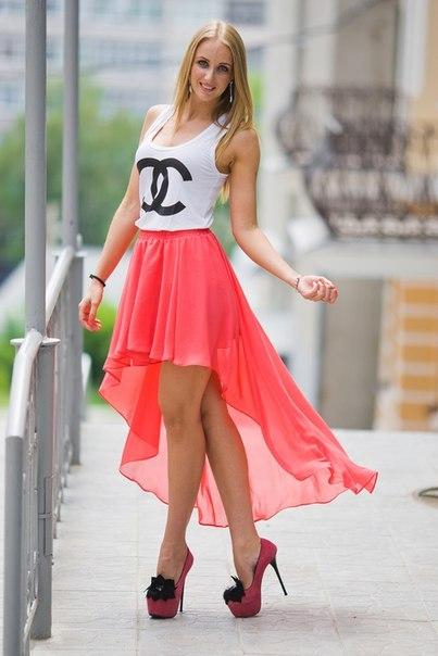 Прекрасно выглядит асимметричная юбка солнце из шифона с легкой майкой и туфлями на шпильке