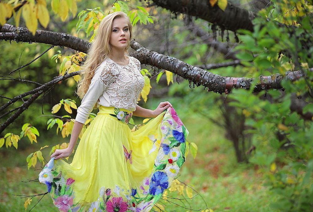 Шелковая юбка солнце с цветочным принтом выглядит романтично и ярко