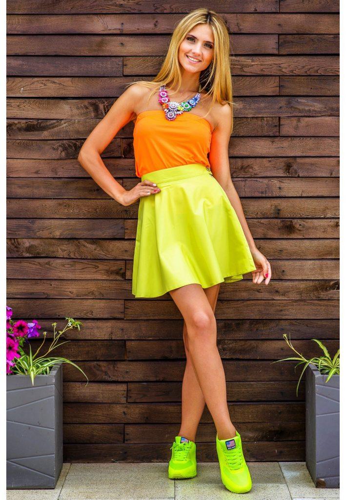 Стильные модницы выбирают для экстравагантных аутфитов юбки солнце броского канареечного оттенка