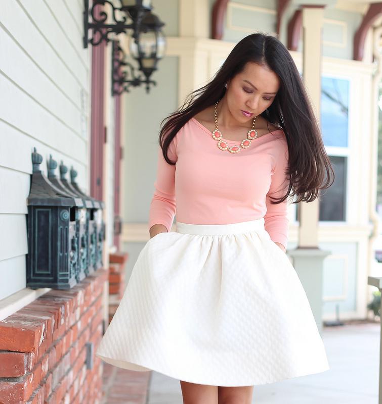 Нежно-розовые облегающий верх – лучший выбор для романтичного лука с белой юбкой солнце