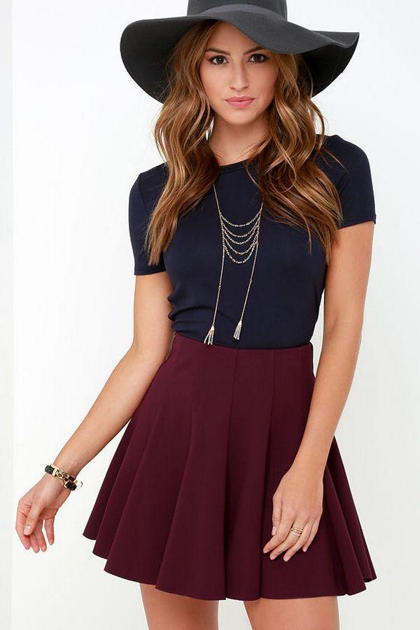Романтичный лук можно собрать из темно-синей футболки и бордовой юбки солнце