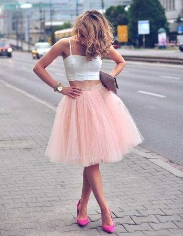 Летний аутфит с белым коротким топом, нежно-розовой юбкой солнце и туфлями на шпильке