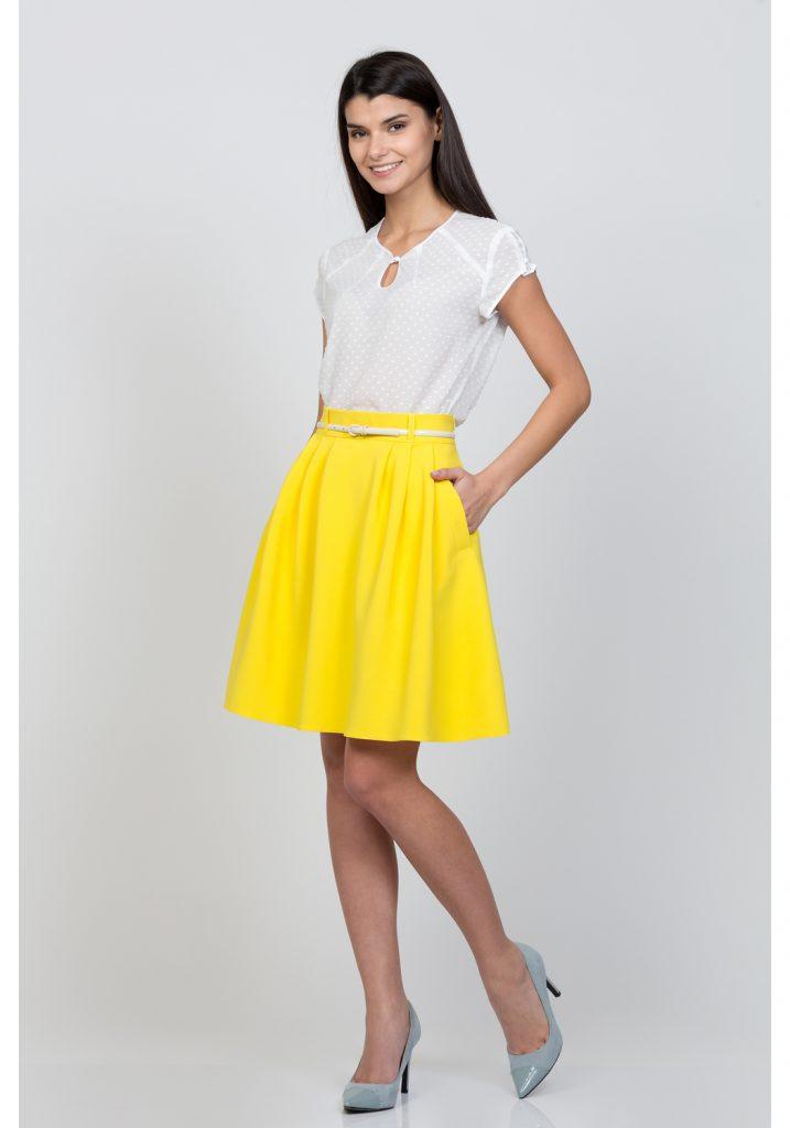 `Яркая желтая юбка солнце – лучшее цветовое решение для брюнеток