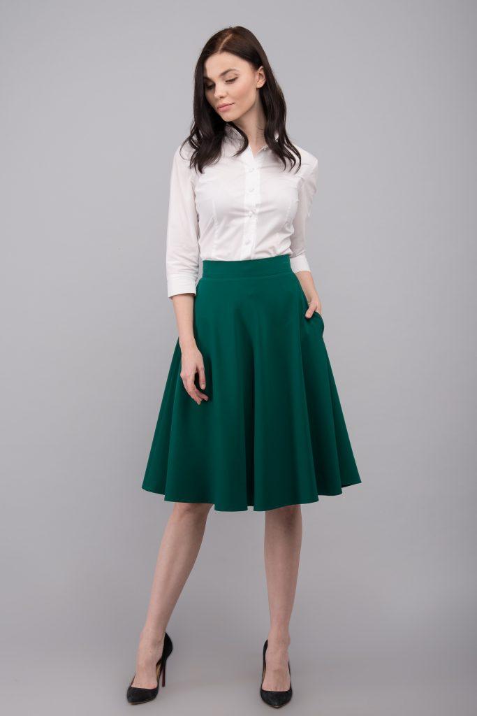 Классическая белая блузка – гармоничное дополнение делового лука с зеленой юбкой солнце