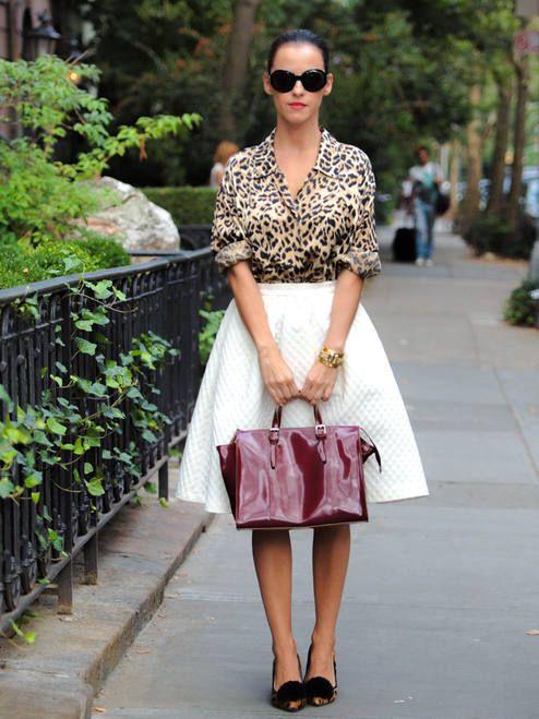 Принтованная блузка с белой юбкой солнце – достойный повседневный аутфит
