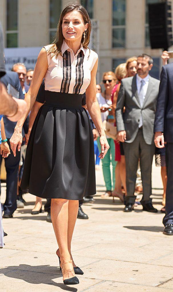 Блузка без рукавов и черная юбка солнце – стильный деловой дуэт