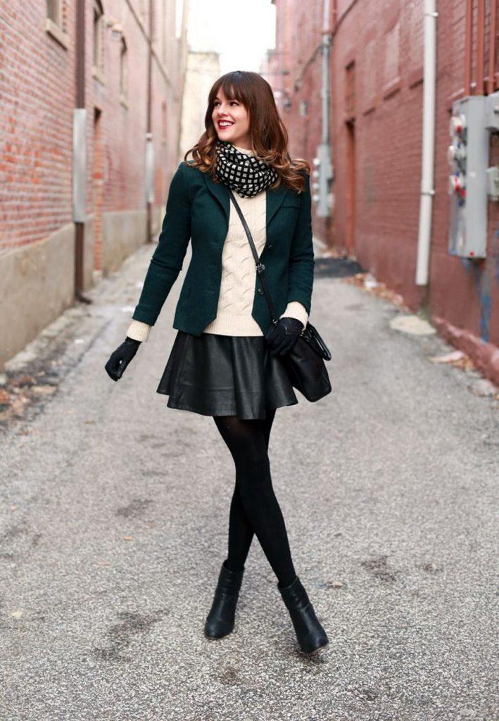 Романтичный образ позволяет создать сочетание пиджака простого кроя и юбки солнце