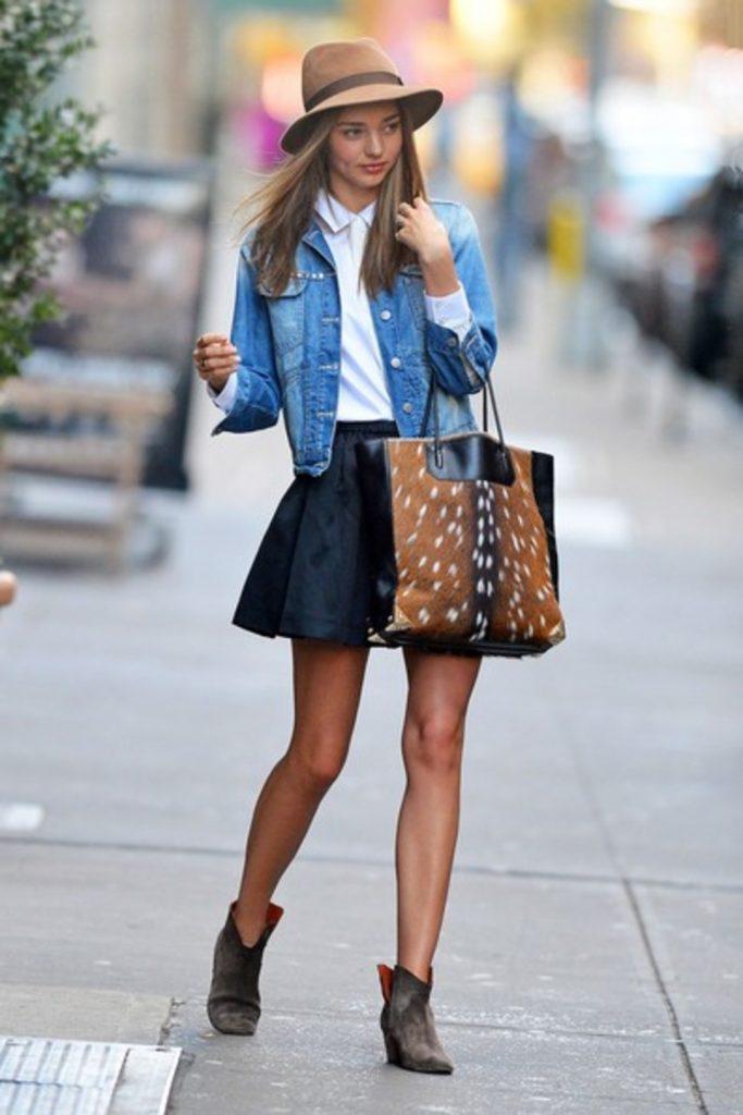 Эффектный повседневный образ с джинсовым пиджаком и юбкой солнце