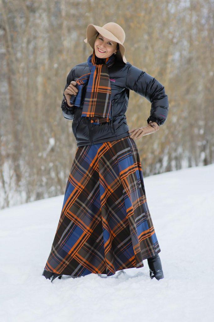 Для зимы и в демисезон в пару к юбке солнце длиной макси стоит выбрать укороченный пуховик