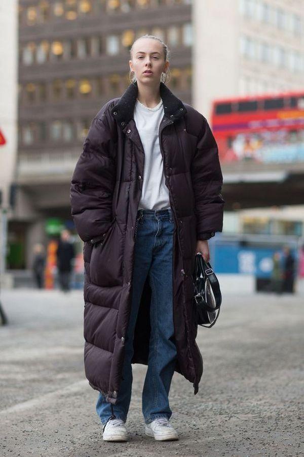 Наиболее удачны сочетания популярной модели пуховика оверсайз с джинсами, свитшотами, спортивной обувью