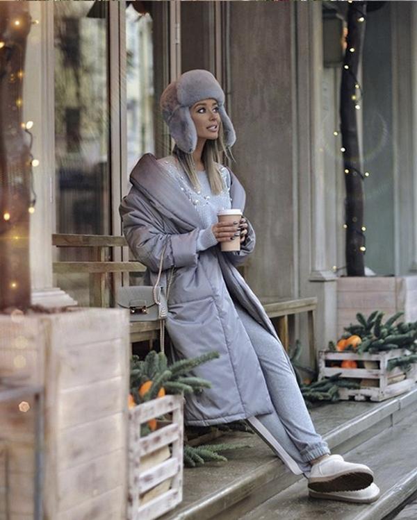 Светло-серый монолук из удлиненного пуховика, меховой ушанки и брюк – образец элегантности и стиля