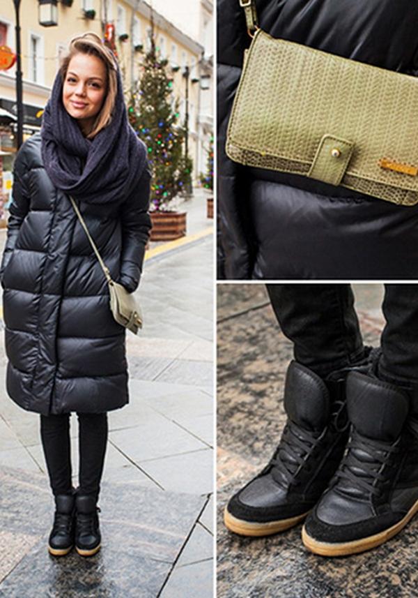 Многослойный шарф и небольшая сумка на тонком ремешке – элементы капсулы с длинным черным пуховиком