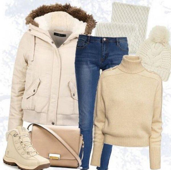 Стильная повседневная капсула с бежевыми пуховиком, свитером, сумкой, синими джинсами и белыми шарфом, шапкой и обувью