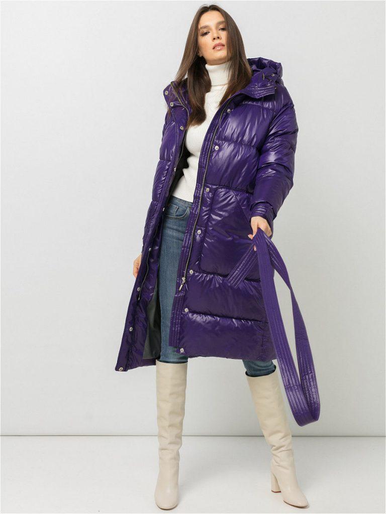 В комплекте с фиолетовым пуховиком стильно выглядят высокие сапоги и водолазка белого цвета