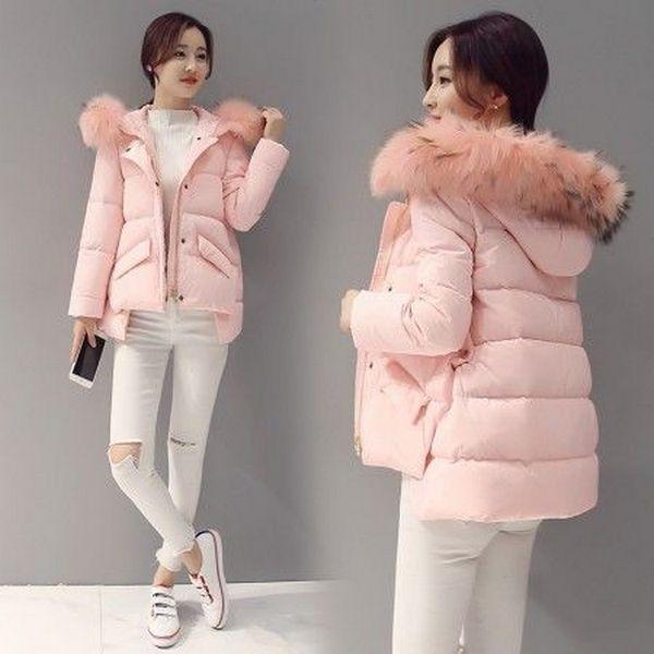 Сочетание розового пуховика с опушкой и белой обуви и одежды создает праздничный и торжественный лук