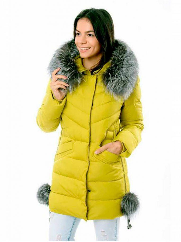 Пуховик с меховыми помпонами фирмы Рeercat – популярного производителя женской верхней одежды