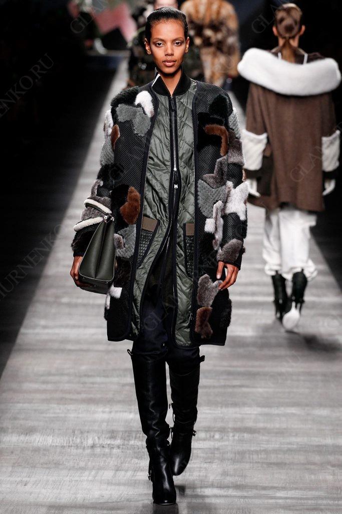 Пуховик надетый под пальто из цветного меха и сетки по показе моды