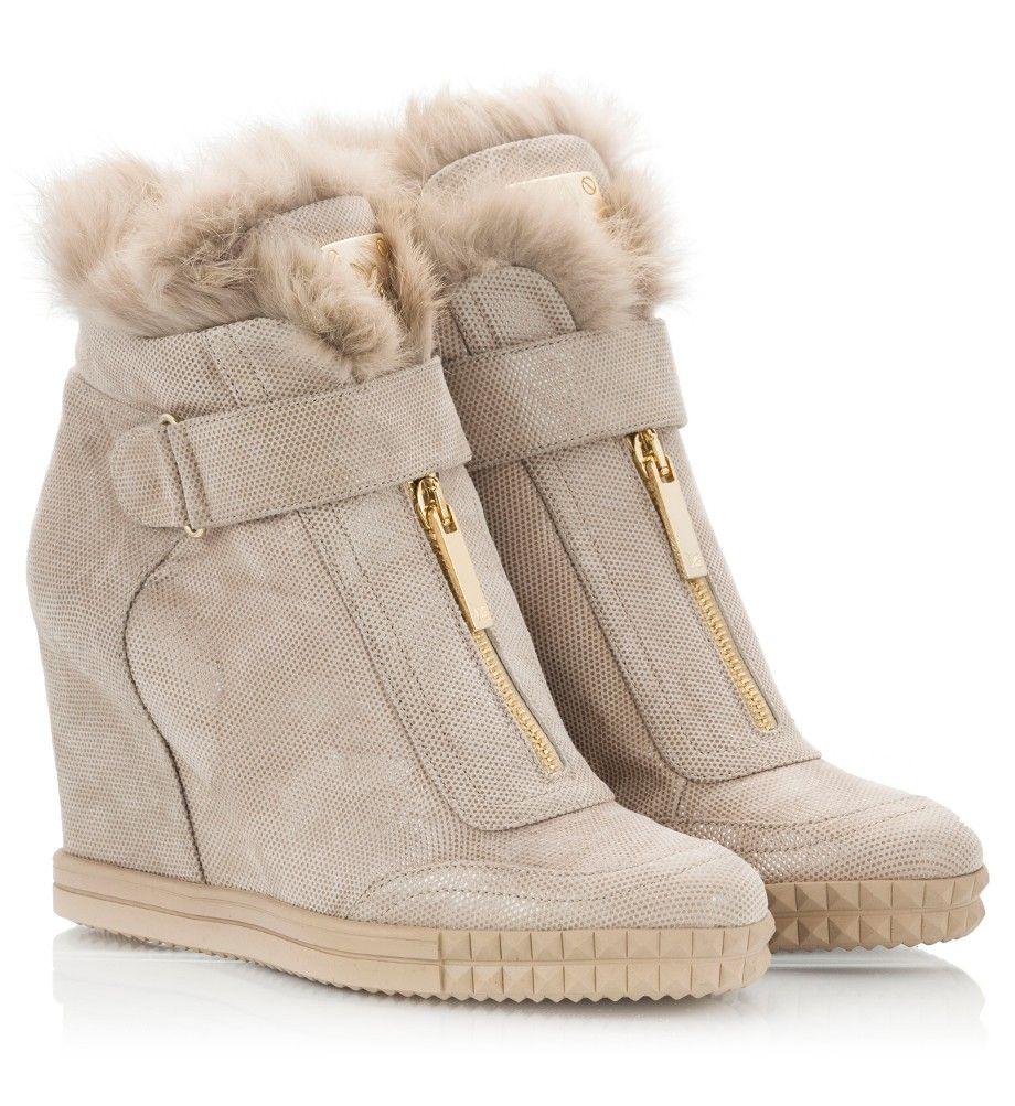 Изящные зимние сникерсы с меховой опушкой смотрятся изысканно, полностью заменяя классические ботинки.