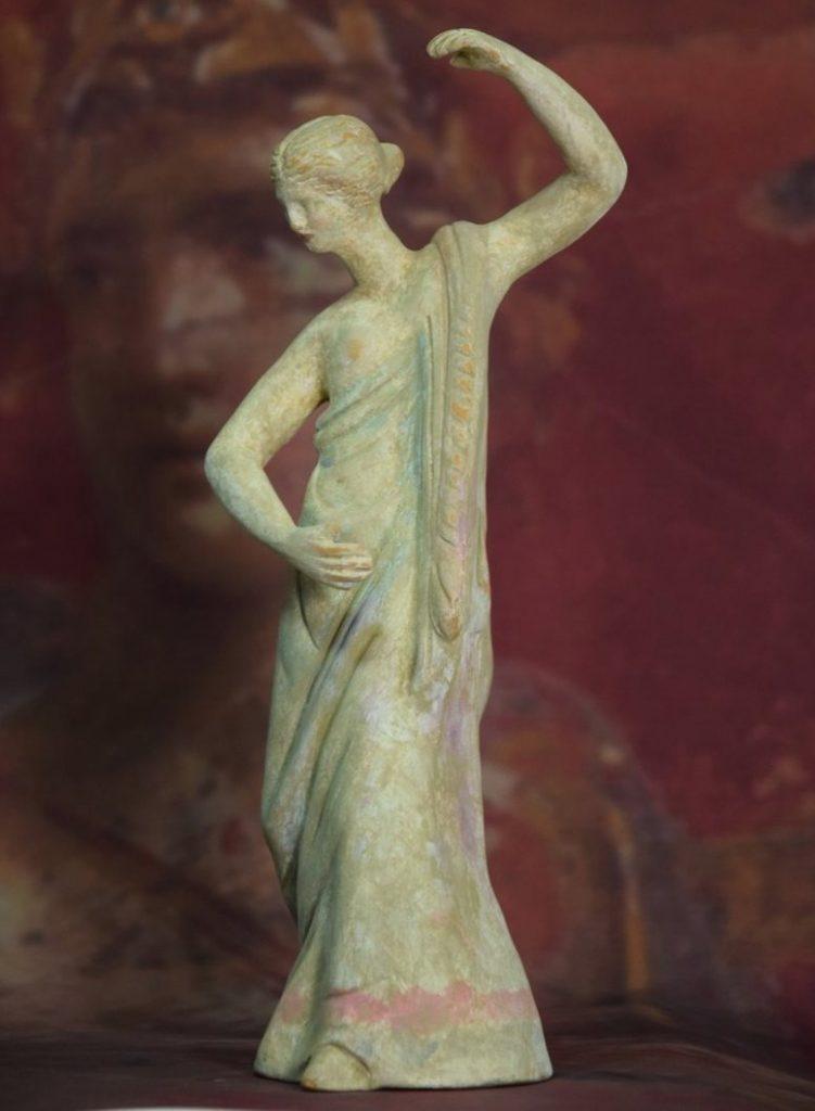 Каноны эллинизма, увековеченные в танагрских статуэтках – фигура типа «прямоугольник»