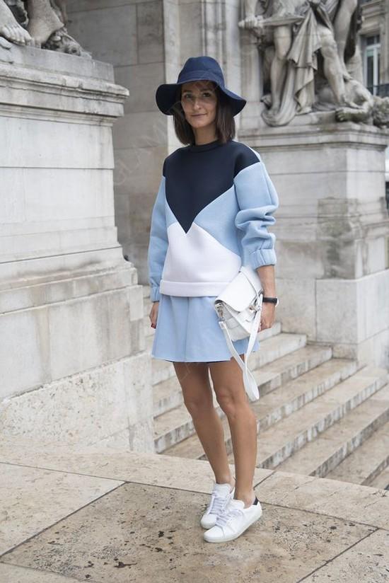 пример с голубой мини-юбкой
