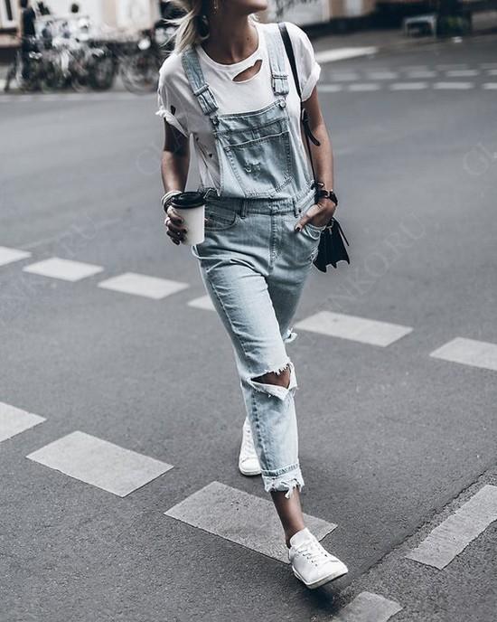 С чем носить женские кроссовки сникерсы
