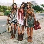 Свободного кроя платья с кружевом и рукавами-воланами, принты, бахрома и кисточки, сандалии и ковбойские сапоги – всё это свойственно стилю бохо.