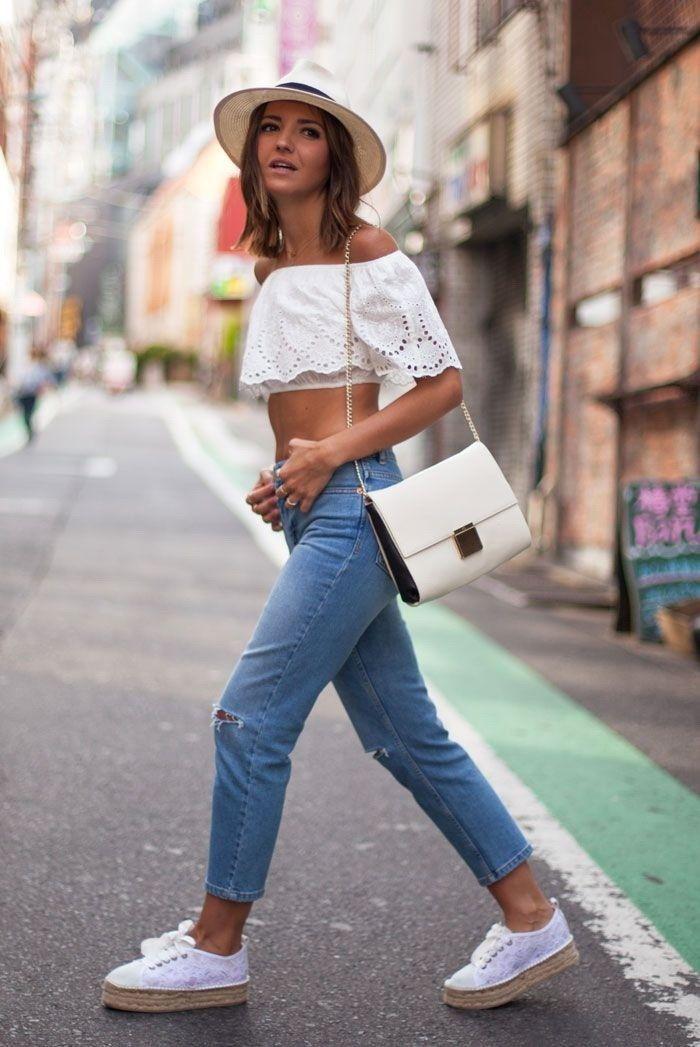 Укороченные джинсы,топ с открытыми плечами, элегантная сумка, шляпа и эспадрильи на шнуровке