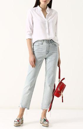 Эспадрильи с принтом, джинсы с необработанным краем и свободная белая рубашка