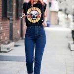 Рваные джинсы, футболки с принтом музыкальных групп, куртки словно с мужского плеча и грубые ботинки – заядлые атрибуты гранжа.