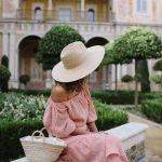 Романтический стиль характеризуется нежными пастельными оттенками (голубой, персиковый, пыльно-розовый), платьями с пышными юбками, кружевом и цветочным принтом.