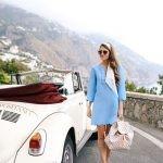 Платья А-силуэта, как в 70-х, береты, юбки с завышенной линией талии, сумочка-ридикюль и нить жемчуга ярко характеризуют ретро стиль.