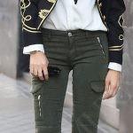Жакеты с погонами, двубортные пальто цвета хаки, брюки с лампасами – перед вами стиль милитари.