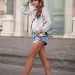 Короткие шорты, в идеале – джинсовые, белая футболка или рубашка и эспадрильи.