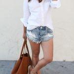 Короткие шорты, в идеале – джинсовые, белая футболка или рубашка и эспадрильи. 2