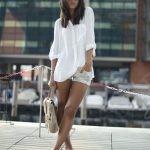 Короткие шорты, в идеале – джинсовые, белая футболка или рубашка и эспадрильи. 3