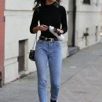 Для кэжуала характерны: простые формы, спокойная расслабляющая гамма (серый, синий, черный), джинсы, кардиганы, белые футболки и водолазки, ботинки, лаконичные туфли и кроссовки.