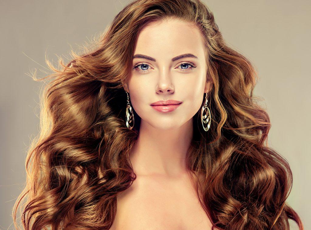 Отличительные черты прямоугольной формы лица – прямая линия роста волос и высокий лоб
