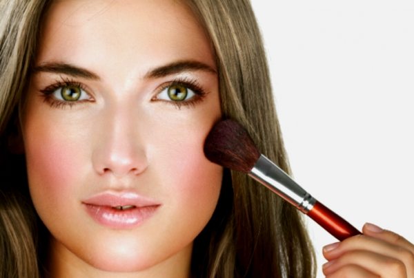 Для женщин с грушевидным лицом хорошо подходят прически, обрамляющие лицо