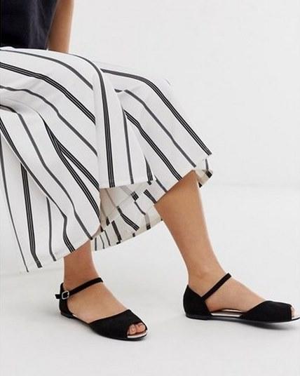 Балетки с открытым носком - хороший выбор для завершения летнего ансамбля