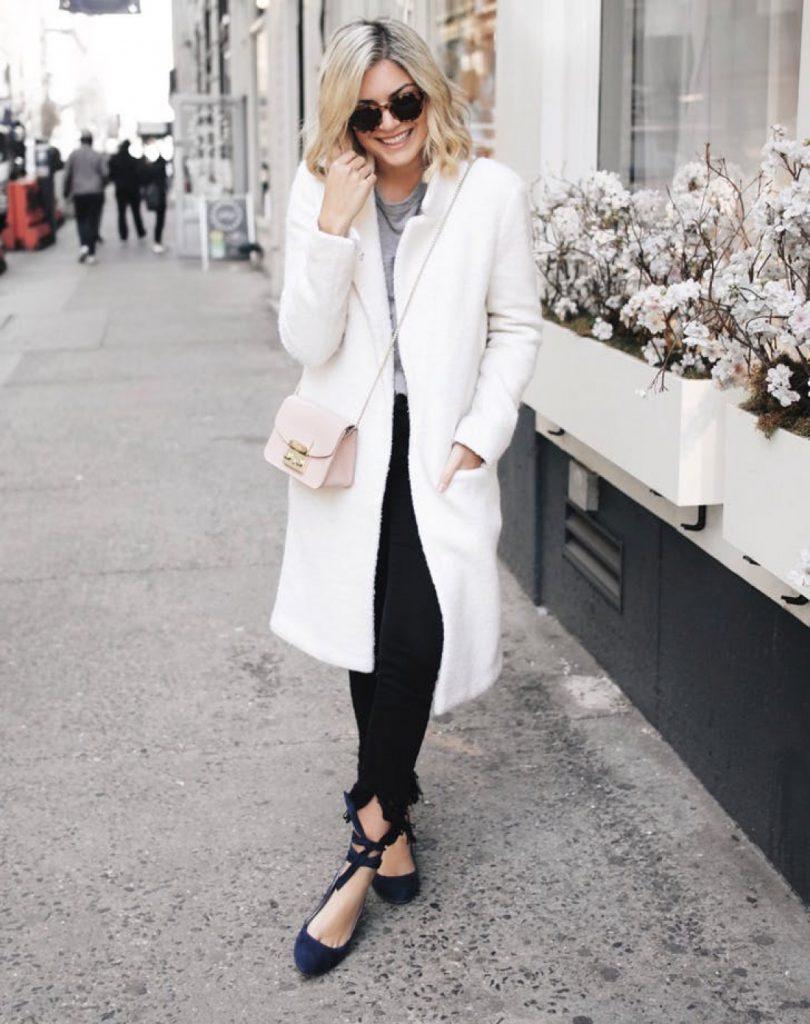 Балетки с лентами – креативное завершение аутфита с белым легким пальто и черными брюками интересного кроя